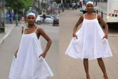 Vestido branco, curto e pala com detalhe de cassa | Foto Daniel Lira